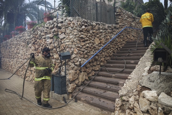Fire fighters work to put out a fire that is spreading in the woods around Jerusalem's residential neighborhood of Ramot, on May 26, 2016. Photo by Yonatan Sindel/Flash90