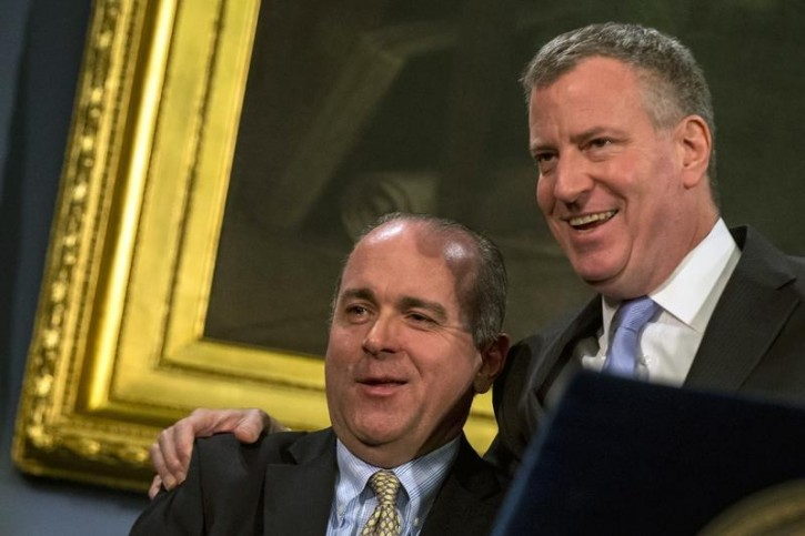 FILE - New York City Mayor Bill de Blasio (R) and with Sergeants Benevolent Association president Ed Mullins embrace during a news conference at City Hall in the Manhattan borough of New York, February 26, 2015. Reuters