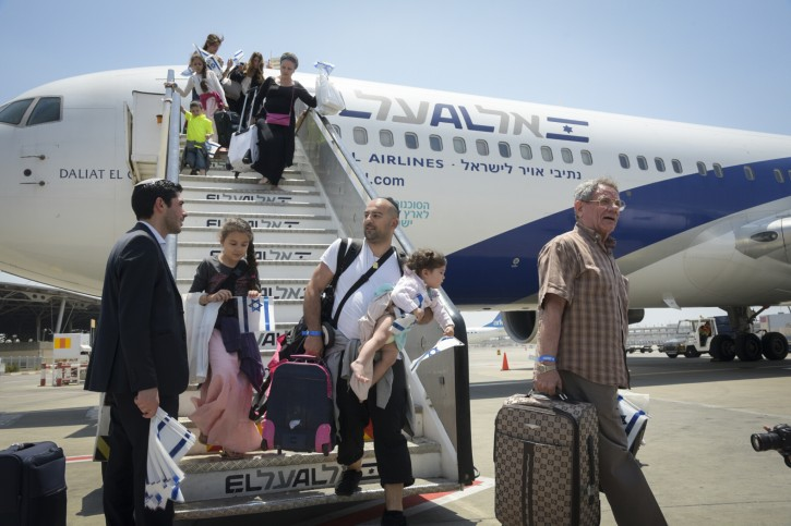 The arrival of more than 200 French Jews who made aliyah, at Ben Gurion International Airport on July 20, 2016. The flight was organized by The Jewish Agency for Israel, in partnership with the Ministry of Aliyah and Immigrant Absorption, and Keren Hayesod-UIA. Photo by FLASH90