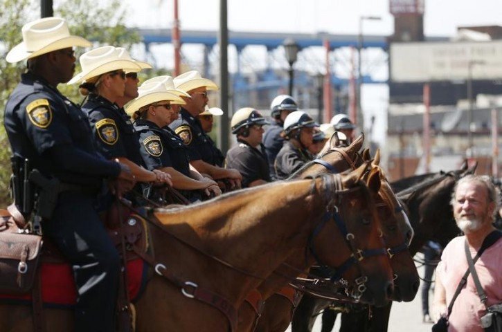 Mounted police officers maintain a barrier between opposing demonstrators near the Republican National Convention in Cleveland, Ohio, U.S. July 18, 2016.  REUTERS/Lucas Jackson