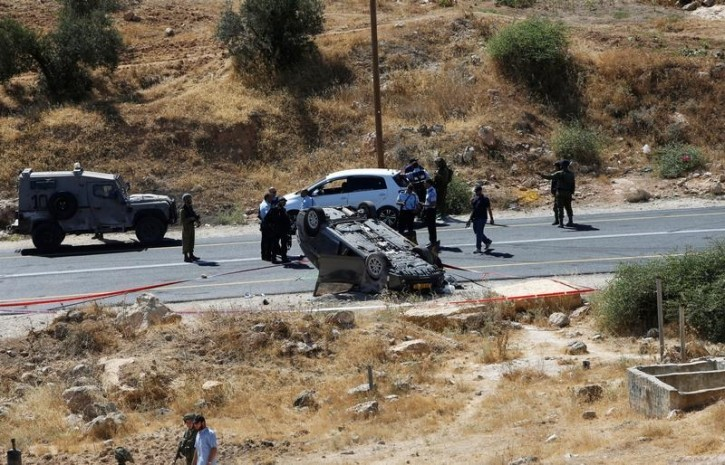 Israeli security forces gather at the scene following a shooting on an Israeli near the West Bank city of Hebron July 1, 2016. REUTERS/Mussa Qawasma