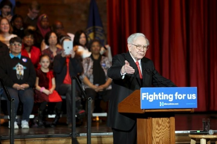 FILE - Warren Buffet speaks to U.S. Democratic presidential candidate Hillary Clinton supporters during a campaign rally in Omaha, Nebraska, December 16, 2015.   REUTERS/Lane Hickenbottom -