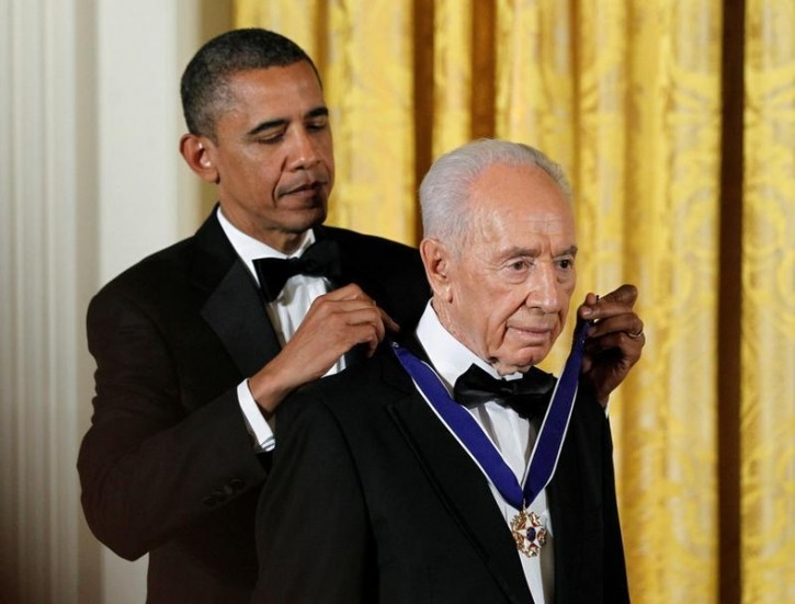 FILE - U.S. President Barack Obama (L) presents the Presidential Medal of Freedom to Israeli President Shimon Peres in the East Room of the White House in Washington in this June 13, 2012 file photo.  REUTERS/Jason Reed/Files