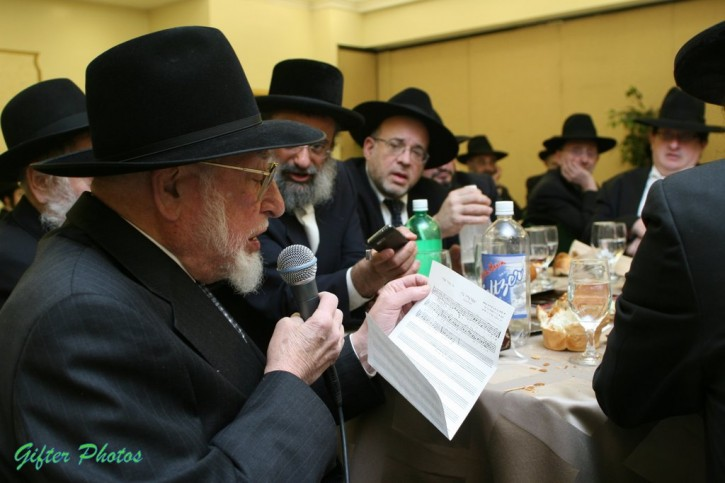 FILE - Shenker looking at his notes singing for the first time 'Yismach Tazdik' at an event in Brooklyn on Feb 6, 2011 ( Shimon Gifter/VINnews.com)
