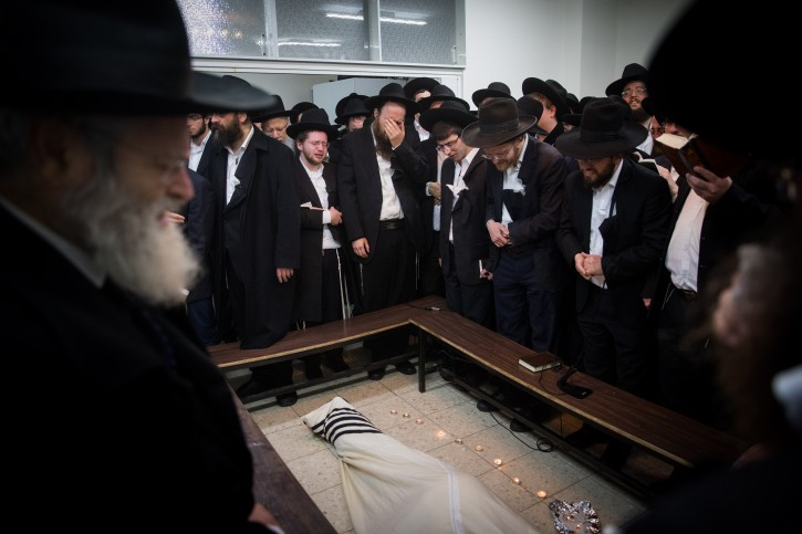 Ultra Orthodox followers of Rabbi Shmuel Auerbach mourn by his body in Jerusalem, on February 24, 2018. Rabbi Auerbach, leader of the Jerusalem Faction, passed away this evening at the age of 86. Photo by Yonatan Sindel/Flash90