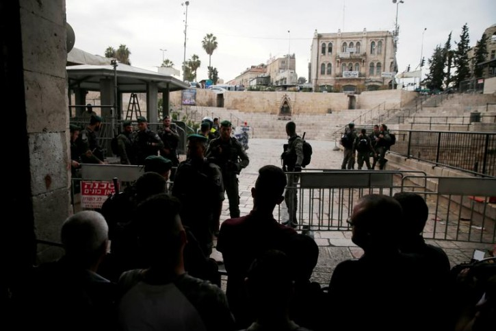 Israeli security forces block Damascus Gate, one of the entrances to Jerusalem's Old City, after a stabbing attack in which an Israeli was wounded, Israeli police said, inside Jerusalem's Old City, March 18, 2018. REUTERS/Ammar Awad -