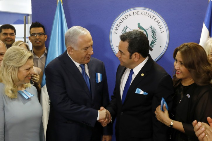 Guatemalan President Jimmy Morales stands next to his wife Hilda Patricia Marroquin and shakes hands with Israeli Prime Minister Benjamin Netanyahu, as his wife Sara Netanyahu stands by him, during the dedication ceremony of the embassy of Guatemala in Jerusalem, May 16, 2018. REUTERS/Ronen Zvulun/Pool
