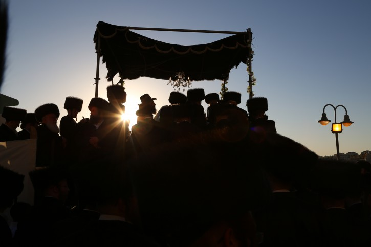 The wedding ceremony of the daughter of the head Rabbi of the hasidic dynasty of Zidichov outside a hall located in Beitar Illit, June 19, 2016. Photo by Yaakov Lederman/Flash90
