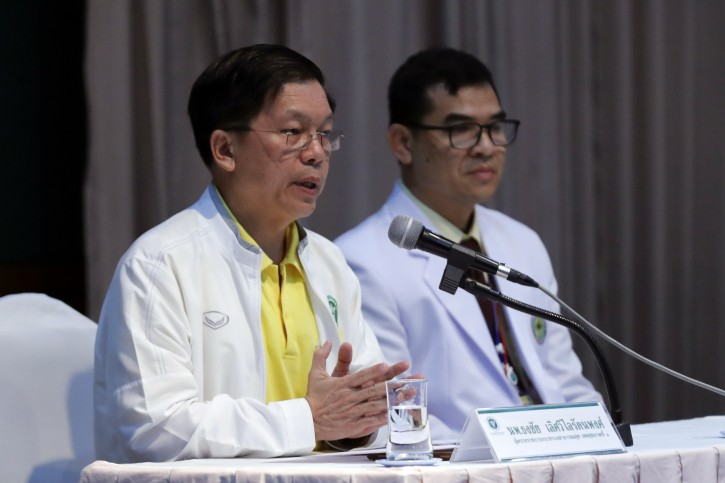 Thongchai Lertwilairatanapong, Inspector General from office of Permanent Secretary, left, speak during a press conference at hospital in Chiang Rai province, northern Thailand, Wednesday, July 11, 2018.  (AP Photo/Vincent Thian)