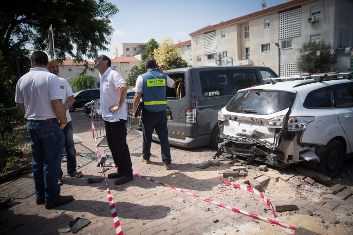 The site where a mortar shell from Gaza hit an apartment building and cars in the Southern Israeli city of Sderot, near the border with Gaza on August 9, 2018. Photo by Yonatan Sindel/Flash90