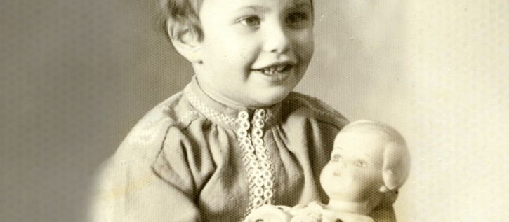 Lore Mayerfeld with her doll in 1941