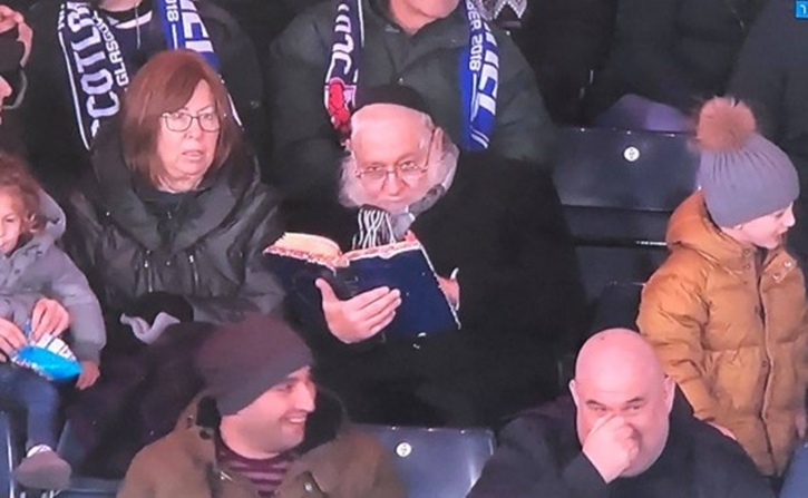 Rabbi Zev Leff deeply immersed in his learning