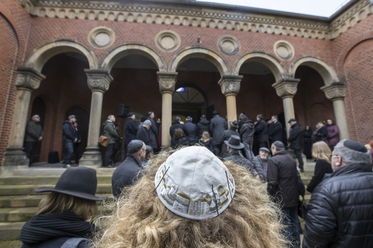 20 February 2019, Thuringia, Erfurt: The mourning congregation accompanies the coffin of Wolfgang Nossen, former chairman of the Jewish state congregation in Thuringia, to his grave on the New Jewish Cemetery. Nossen had died last Saturday (16.02.2019) at the age of 88 years. From 1995 to 2012 he was chairman of the Jewish Community. Photo by: Michael Reichel/picture-alliance/dpa/AP Images