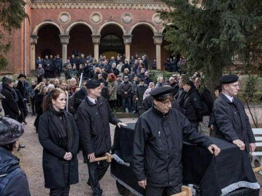 The mourning congregation accompanies the coffin of Wolfgang Nossen, former chairman of the Jewish state congregation in Thuringia, to his grave on the New Jewish Cemetery. Nossen had died last Saturday (16.02.2019) at the age of 88 years. From 1995 to 2012 he was chairman of the Jewish Community. (Photo:dpa)