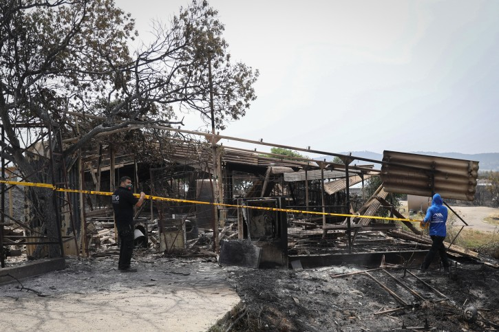 People examine the damage caused from a forest fire in Kibbutz Harel, on May 24, 2019. Photo by Noam Revkin Fenton/Flash90