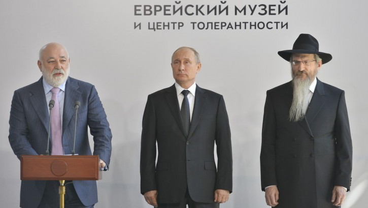 Russian President Vladimir Putin, center, Rabbi Berel Lazar and Victor Vekselberg attendint the unveiling of a Holocaust monument at Moscow's Jewish Museum and Tolerance Center on June 4, 2019. (Photo: The Jewish Museum and Tolerance Center)